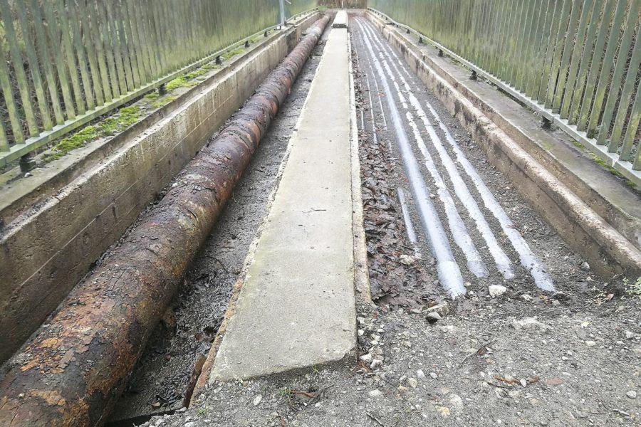 Die Zwei-Bäche-Brücke in Hofstede ist schon lange nicht mehr passierbar. Die nötige Sanierung verzögert sich nun noch mehr und sorgt für Frust.