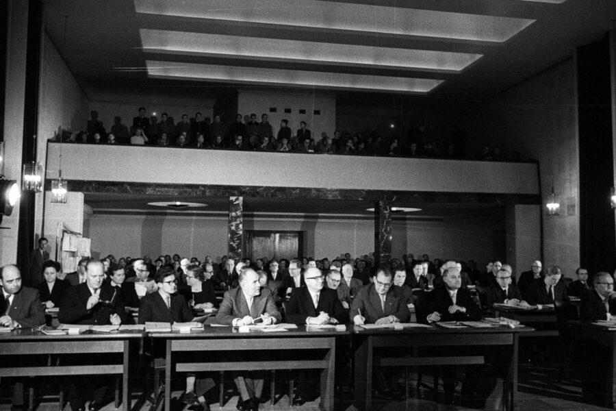 Einblick ins historische Rathaus. Die Stadtverordnetensitzung am 22. November 1956. Foto: Stadt Bochum, Presseamt